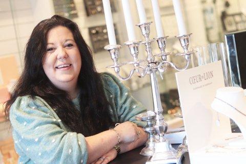 - Jeg gleder meg stort til å satse i Holmestrand, forteller Jeanette Wang som drive Gullsme'n i Sande. Nå flytter hun butikken til Holmestrand.
