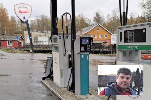 TERMINALEN ER MONTERT: – Nå håper jeg virkelig at folk bruker bensinstasjonen vår, eller kan den bli borte, sier driver Knut Nævra. Tirsdag kom den nye betalingsterminalen på Eidsfoss Bensin endelig på plass.