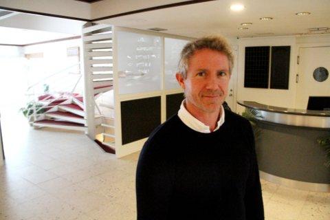 FORELØPIG STENGT KAFÉ: Fungerende daglig leder Thomas Domino Lie håper å kunne åpne kafeen på Holmestrand Fjordhotell i sommer, men per i dag vet han ikke om det blir en realitet. Arkivfoto: Magnus Franer-Erlingsen
