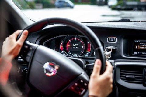GASSER PÅ: Tre av fem sier det er greit å kjøre litt for fort, viser fersk undersøkelse. (Illustrasjonsfoto)
