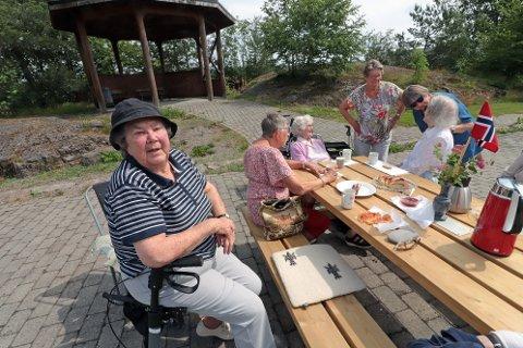 - Jeg ville gjøre noe for alle de eldre som har sittet inne under koronakrisen, forteller Lynette Sjue.