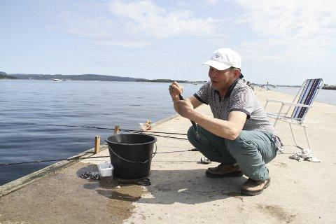 FISKELYKKE: Hong Lee, opprinnelig fra Vietnam, slår kloa i en nyfisket pir. Foto: Lars Ivar Hordnes