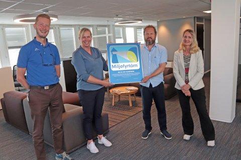 Her får BDO Holmestrand beviset på at de er et Miljøfyrtårn. Næringssjef Arve Vannebo og ordfører Elin Gran Weggesrud deler ut det synlige bevist til Heming Wike og Eli-Ann Murberg Casso fra BDO.