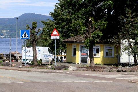 SAMLINGSSTED: – Den gule kiosken ved Dulpen er ofte et utgangspunkt og samlingssted på ettermiddager og kvelder. Langgaten og Weidemannsgate er stripene for bråkete to- og firhjulinger, sier naboer til Jarlsberg. Foto. Pål Nordby