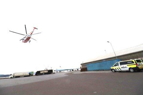 Helikopter og politi: Hjelp ble raskt tilkalt etter ulykken i havna. Foto: Jarl Rehn-Erichsen