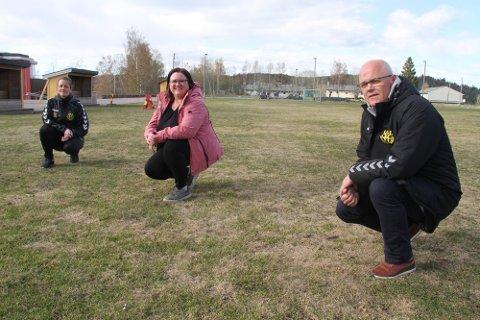HAR SØKT OM STØTTE: Gullhaug IL, her ved f.v. Tonje Værnes, Hanne Lise Skjelland og Terje Engen, håper å kunne bygge to nye kunstgressbaner. Går det som kommuneadministrasjonen anbefaler, ser det imidlertid mørkt ut for planene. (Arkivfoto: Lars Ivar Hordnes)