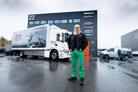 ER PÅ JOBB 05 OM MORRAN: Hans-Petter Trondsen i Skedsmo bud og vare kan se tilbake på mange år med mye jobbing. Det har gitt penger i kassa.