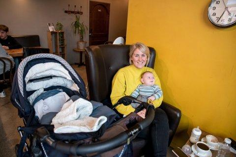 MED MAMMA PÅ JOBB: Oskar har vært med på både valgkamp og oppbygning av et helt nytt fylke. Nå tar Tonje Brenna mammaperm.