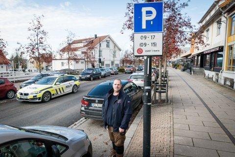 PÅ VAKT:  Øystein Lunde blir å se i bybildet på Jessheim fra og med november. Da er det større sjanse for å bli ilagt gebyr hvis du står lengre parkert i Storgata enn en time.