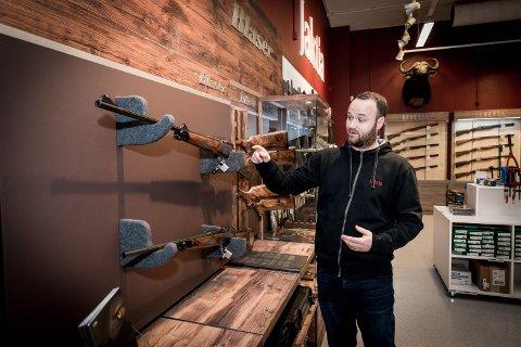 STJERNER I ØYNENE: Kim Eilertsen, butikksjef Jaktia på Jessheim, kan skilte med en av landets største våpenutstillinger.