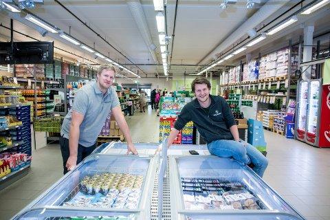 MAT SOM ER LIKE FIN: Mats Sæther og Tore Rud-Johansen i Holdbart.no synes det er skremmende å se hvor mye mat som ville blitt kastet hvis det ikke hadde vært for gründerideen fra 2015.