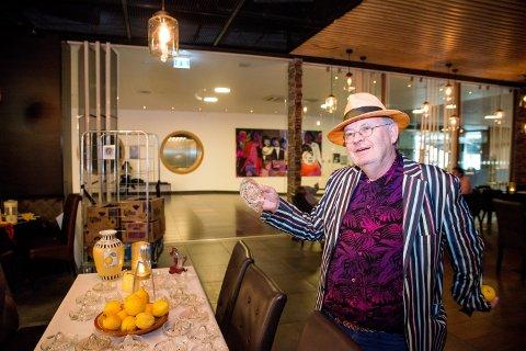 KVITTET SEG MED ALT: Samler Rune Storsve fikk nærmest panikk da han skulle pakke ned alle sine sitronpresser etter å ha drevet bruktbutikk i Storgata en periode. Da fikk han en idé om å donere bort hele samlingen til en av favorittspisestedene på Jessheim.