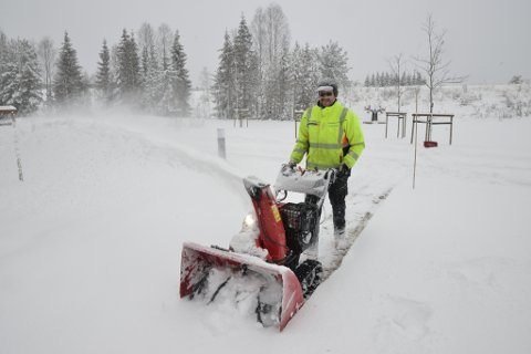 TUNG JOBB: Thomas Øvrum har jobbet med snømåking i 25 år. De siste ti åra har han kun drevet med håndbrøyting.