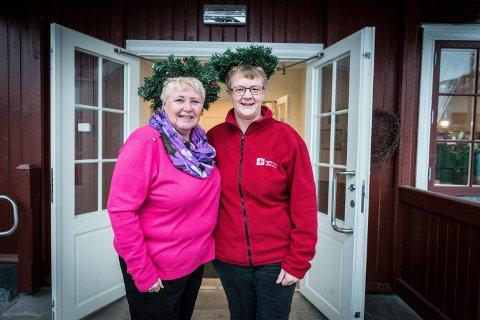 ÅPNER PAKKHUSET: Rita Fjeld Hovden i Ullensaker frivilligsentral og Mette Bjerkestrand i Ullensaker Røde Kors åpner dørene for alle som vil feire julaften på pakkhuset.