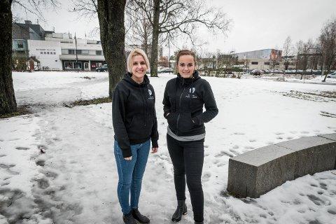 VIL HA LIV HER: Jeanette Pedersen og Miriam Halstvedt ved Stasjonen kaffebar på Jessheim, foreslår at politikerne lager en levende park for smånbarnsfamilier i Stasjonsparken.