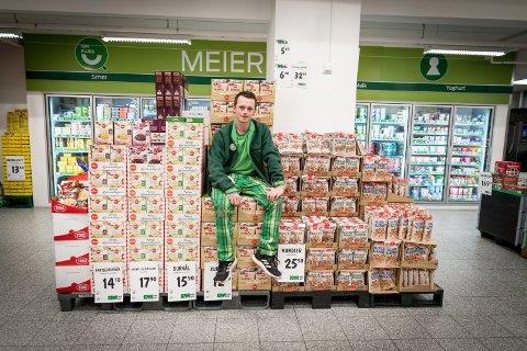 POPULÆRE TILBUD: Assisterende butikksjef på Kiwi Gystad på Jessheim, Niclas Pedersen, forklarer at mange av kundene deres allerede har lagt merke til prisreduksjonene deres. – Det er mange som har kommet innom for å se hva som er på tilbud, forteller han.