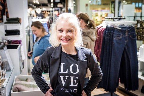 FOLKESTRØM: Assisterende butikksjef ved Floyd på Jessheim storsenter, Pia Bystrøm, forteller at det var en lang rekke med folk utenfor da butikken åpnet klokka sju i morges. De fleste var ute etter ei spesiell bukse.
