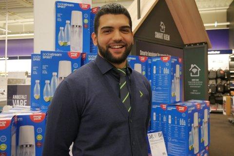 IKKE REDD: Butikksjef på Elkjøp Jessheim, Jawad Asadi, bekymrer seg ikke for manglende kundeoppmøte fredag morgen.