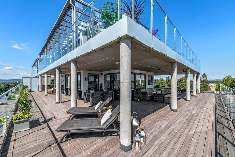 ENORM TERRASSE: Leiligheten har blant annet en gigantisk balkong/terrasse på 167 kvadrat. Den er nesten 40 kvadrat større enn selve leiligheten.
