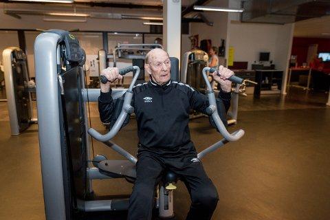 I HUNDRE: Det at Kåre Syltevik nærmer seg 100, hindrer ikke den tidligere rektoren og krigsveteranen i å trene hele fem ganger i uka.