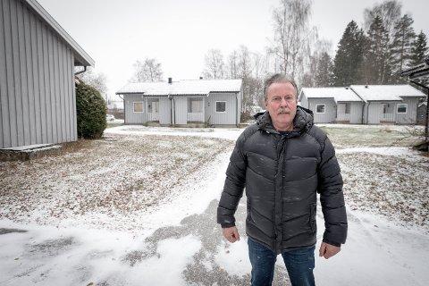 FORTVILER: Nabo til tomannsboligene ved Nordby stasjon, Georg Kvervavik, synes det er rart at kommunen ikke har gjort noe med situasjonen.