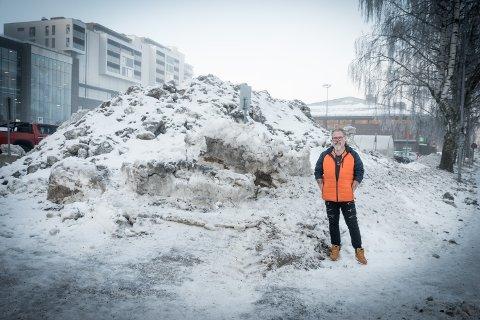 REAGERER: Tommen Robert Meborg reagerer på at handikapplassene utenfor det store murbygget som huser blant annet Ullensaker Helsestasjon brukes som snødepot.