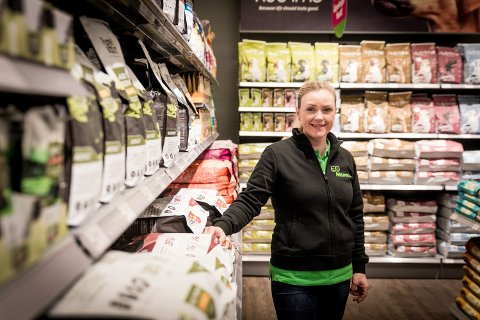 FORNØYD: Butikksjef Linda Bergseth er strålende fornøyd med mottakelsen. – Det er mange som har sagt de glade for at vi endelig har kommet hit, sier hun.