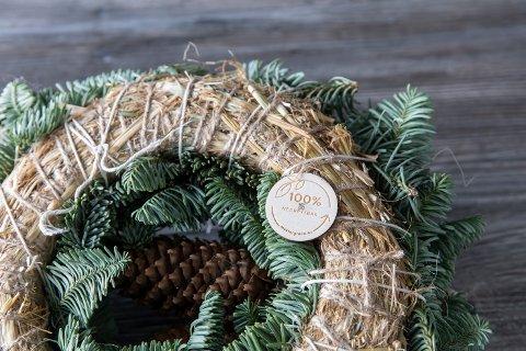 LAGET MED NATURLIGE MATERIALER: De nye kransene er laget på et underlag av halm og mose, som blomstene festes til ved hjelp av naturtråd.