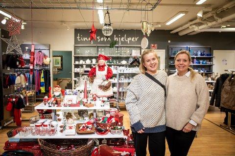 SELGER NISSER SÅ DET RYKER ETTER: Butikkmedarbeider Amanda Christensen (t.v) og butikksjef Kathrine Lorentzen forteller at butikken har solgt ekstremt mye julepynt den siste tiden.
