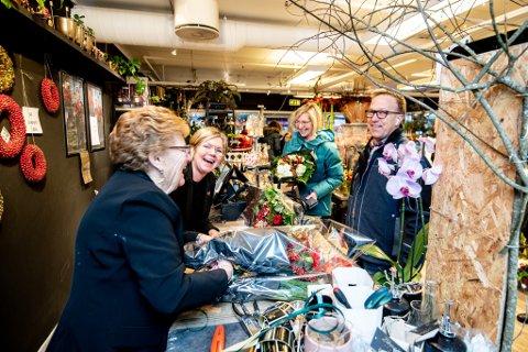 TRAVEL DAG: Gerd og Marianne Trondsen (t.v) og de andre ansatte hos blomsterforhandleren har mye å gjøre for tiden. Jan Inge Hoffseth (t.h) var én av mange som tok turen innom på det de ansatte selv kaller årets mest hektiske dag.