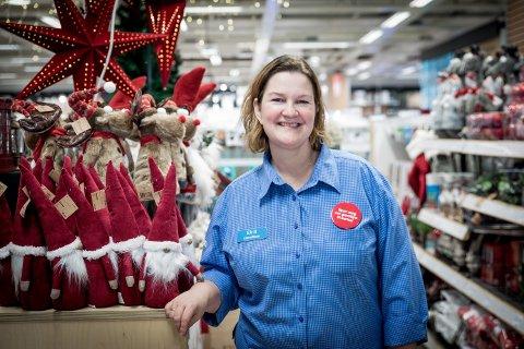 FORNØYD: Butikksjef Eirill Stenerud hos Clas Ohlson på Jessheim Storsenter sier hun synes det er spennende at kjeden har inngått et samarbeid med matleveringstjenesten.