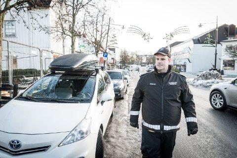 FØRSTE VAKT: Ullensaker kommune har etter mange år med planlegging fått myndighet fra Vegdirektoratet til å håndheve kommunens parkeringsbestemmelser. Øystein Lunde ble kommunen første offentlige parkeringsvakt og har skrevet ut 141 gebyrer den første måneden.