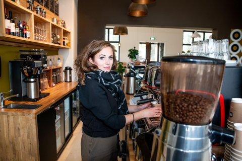 HAR KAFFEN KLAR: Miriam Høvik Halstvedt har klart å lage en stamkafé for mange det halvannet året Stasjonen kaffebar har holdt åpent. Mandag åpner hun igjen dørene etter korona-stenging.
