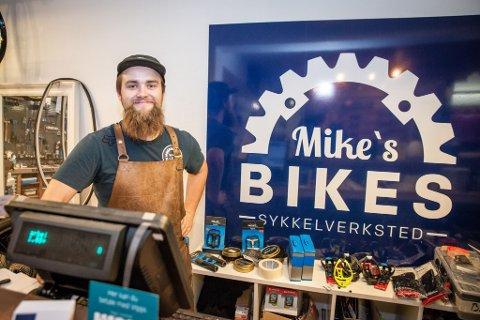 BUSINESS PÅ TO HJUL: Michael Overbeck Cook startet bedriften Mike's Bikes i Trondheimsvegen våren 2019 og opplever at behovet for et rent sykkelverksted på Jessheim er stort. Litt for stort for å drive alene.