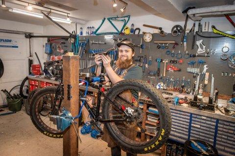 SYKLER I KØ: Michael reparerer alle slags sykler, både vanlige sykler og de mer avanserte. I sommer opplevde han at 70 sykler sto klare for reparasjon på lageret.