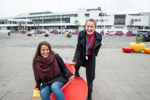 STOLTE: Overarkitekt Jeta Limani Andreassen og byplanlegger Maria Rasmussen har jobbet hardt for å bringe litt farge til Jessheim sentrum.