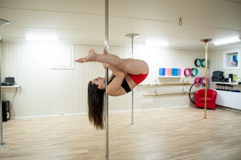 OPP-NED: Diana Nodland har kun drevet med poledance i fire år, men har likevl rukket å hanke inn både nasjonale og internasjonale titler. Hun merker at flere og flere er nysgjerrige på sporten etter at hun åpnet eget studio på Jessheim.