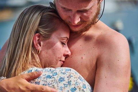 STERKE FØLELSER: Her kan endelig Tommy Sørmoen legge armene om kjæresten Vilde Krogsrud etter den strabasiøse reisen over Atlanterhavet.