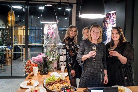 PÅ PLASS: Maren Elise Næss (bak f.v.), Birthe Bjervik, Pernille Cook og Marita Skogholt i gullsmed Øiesvold opplevde lørdag en jevn strøm av nysgjerrige kunder fra morgen til kveld.