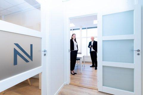 I VEKST: Advokat Elin Brattbakk Myrset og daglig leder Terje Skåland i Advokatfirmaet Nicolaisen utvider med to nye stillinger på Jessheim. i den forbindelse er også lokalene utvidet.