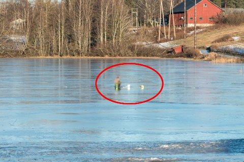PÅ FISKETUR: Fredag satt en person og pilket (fisket gjennom isen) i Nordbytjernet på Jessheim. Dette fikk flere til å reagere.