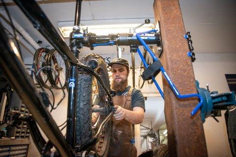 """STORT BEHOV: Michael Overbeck Cook som driver Mike's bikes på Jessheim startet opp sykkelverkstedet i fjor og har fått en """"flying start""""."""