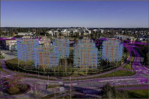 PÅ EN HØYDE: I dag er tomta igjengrodd, men slik ser man får seg at de seks boligblokkene i Gardermovegen Panorama skal plasseres i terrenget på nabotomta til Jessheim videregående skole.
