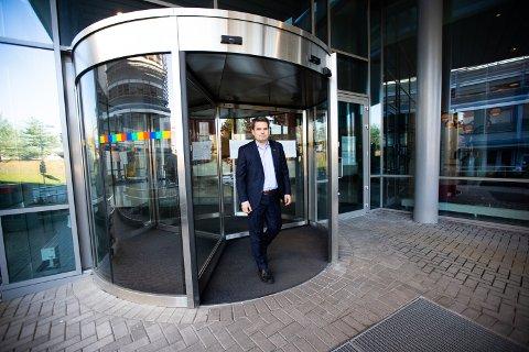 USIKKER FRAMTID: Hotelldirektør ved Park Inn by Radisson Oslo Airport på Gardermoen, Jørgen Ljunggren, hadde ingen god dag på jobb mandag, men velger å se framover.