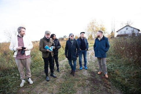 HER KAN DET BLI HOTELL: Geir Jacobsen og Martin Rogstad Nilsen (i midten) har store vyer for området ved hovedflyplassen. Her viser de delegater fra Snøhetta (t.v.) og ordfører Eyvind Jørgensen Schumacher (t.h.) hvordan de ser for seg det unike gårdshotellet.