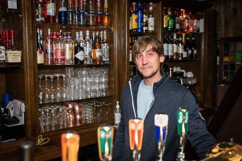 TØFFE TIDER: Tommy Jensen ved Elleville Pub forklarer at de allerede har merket på omsetningen at det er færre ute som følge av at de ikke kan slippe inn folk etter klokka 22. – Det blir spennende å se til helgen om folk kommer seg ut litt tidligere. Jeg håper det, sier han.