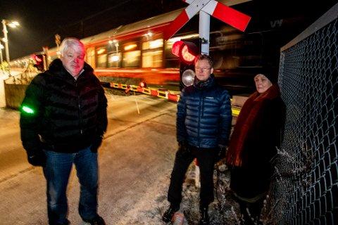 ETTERLYSER UNDERGANG: Gunnar Bakken (f.v.), Tore Brenni og Gunn Tierney håper at planovergangen snart erstattes med en undergang.