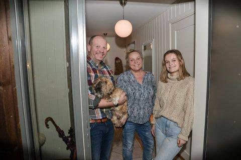 FEIRET ALENE, f.v: Brian Fabricius, Pia Skovgaard Fabricius og Mathilde Fabricius (18) pleier vanligvis å være opptil 20 personer på julaften. Slik ble det ikke i år.