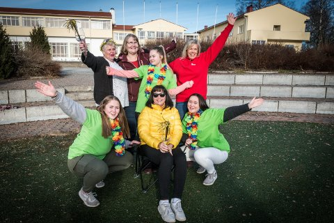 (Bak f.v): Leder for frivilligsentralen, Rita Fjeld Hovden, sykepleier i Ullensaker kommune Ranveig Lie og Wenche Rydheim fra Ullensaker Røde Kors gleder seg til å komme skikkelig igang med prosjektet. De skal blant annet få hjelp av elevene Hafdis Einarsdottir, Hanna Nymoen og Carina Andersen fra Jessheim videregående skole, i tillegg til flere elever fra lektor Sigrid Bogstads (i gult) klasse.