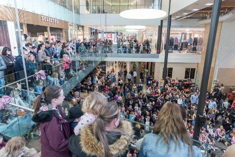 STAPPFULLT: Da showet startet, var det enormt mye mennesker som hadde samlet seg rundt senterscenen.